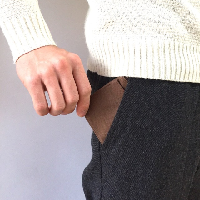 ミニ財布をズボンの前ポケットに入れたところ