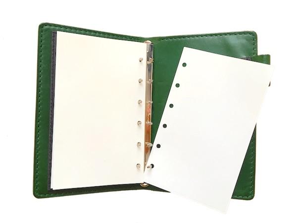 システム手帳は簡単に紙を取り外せます