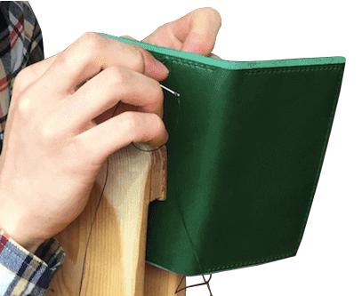 siruha手帳は手縫いにて製作しています。