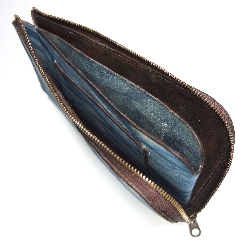ファスナーを開くと小銭、カード、お札全て取り出せます。