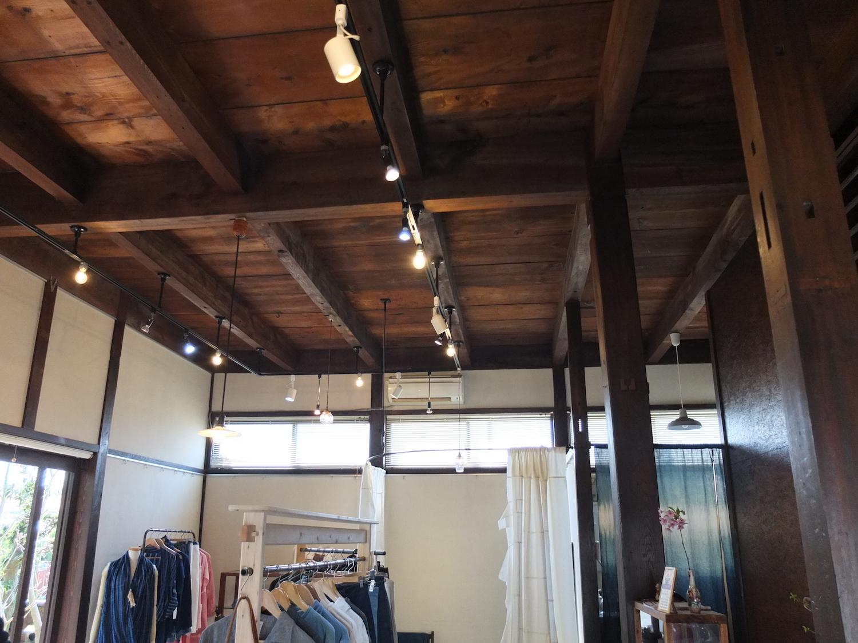 繊維の町の新しいナチュラル系ファッションブランドcottle(コトル)のギャラリー天井