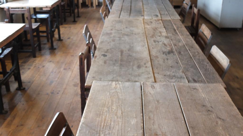 林源十郎商店3階の無垢の木テーブル
